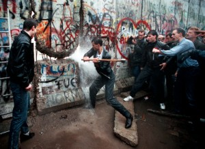 muro-di-berlino-caduta-picconate-1024x747